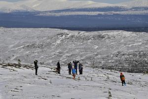 Många passade på att njuta av solen på Nipfjället, med Sonfjället i bakgrunden. Till veckan väntas mer snö och då krävs skidor för att nå området.