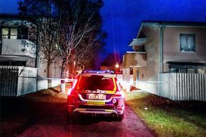 Polisen bevakade platsen för den misstänkta mordförsöket under natten till måndag.