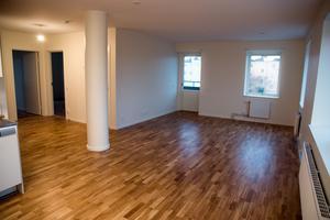 ...Som är kvar – nu i en lägenhet i stället för som tidigare i restaurangens matsalsdel. Alla lägenheter är uthyrda och det gick snabbt, trots att hyresnivån på cirka 9 500 kronor för en trea med Hallstahammarsmått är hög.