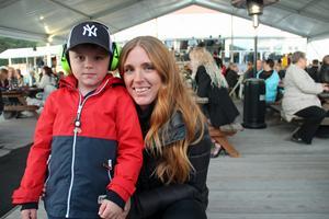 Längst fram på scenen stod Elias Appelquist, 4 år, tillsammans med mamma Anna Lundström.