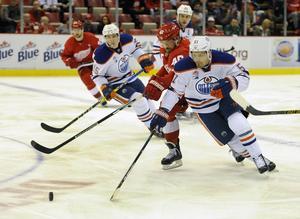 Anton Lander kämpar om pucken tillsammans med en annan Timråprofil, Henrik Zetterberg, under tiden i NHL.