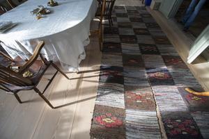 Trasmattor i långa rader på ett av de golv som lades helt nytt.