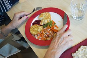 Dagens lunch är potatisbullar med baconfrästa rotsaker.