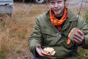 Så här hungrig blir jägaren efter ett förmiddagspass vid Voxna norra jaktlaget. Jens Pettersson fyllde på med tre varmkorvar på smörgåsen.  Foto Mats Danielsson, Voxnabruk