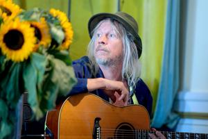 - Det kändes självklart att han skulle sjunga på den, säger Anna Ihlis om duettpartnern Stefan Sundström.Foto: Maja Suslin / TT