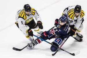 Lukas Kilström och Linus Ölund kämpar mot Broc Little. Foto: Bildbyrån