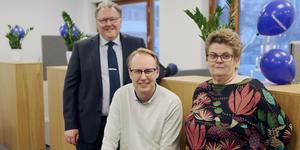 Jörgen Andersson, Thomas Ohlsson och Eivor Persson tog emot kunder och bjöd på kaffe och tårta när det lokala Handelsbankskontoret i Sveg firade 100 år.