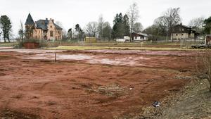 Bostäder eller skolgård? Knäckfrågan är hur kommunens tennisbanor ska användas.