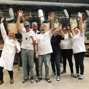 Glädjen var stor i bageriet över att Skedvi Bröd tagit SM-brons. Fr v Riina MyrsellJocke Törnfeldt, Leif Sundberg, Joel Lindblad, Monika Emilsson,Sara Nilsson och Carina Karlsson.