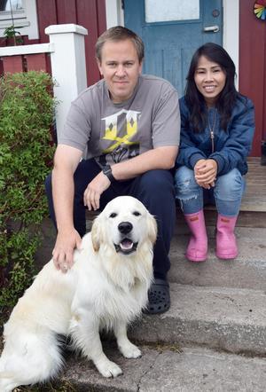 Wanna har just tagit en morgonpromenad i skogen med hunden B amse och möts på verandatrappen av maken Michael.
