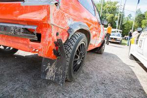 Närkontakt med ett träd gjorde att bakhjulet på Anders Nilsson VW Golf pekade snett. Nu får han jobba med bilen i garaget.
