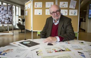 Ulf Ivar Nilsson, AB-profil och lokalhistoriker. Här fotograferad förra hösten när han hade utställning med sina satirteckningar i Ockelbo.