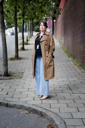 Ann Törnkvist på Garvaregatan, samma plats som när hon tog emot samtalet från kriminalvården om hotet som riktats mot henne.