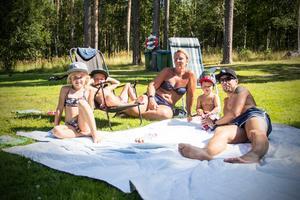 Olivia Holm, Melwin Klasson, Carola Holm, William Klasson och Johan Holm kopplar av i värmeböljan.