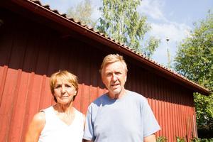 Gunilla och Kurt Seliberg blev tvungna att evakuera från deras hem i Enskogen. Nu kritiserar de insatsledningen för den bristfälliga informationen.