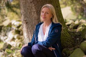 Annika skogsbadar gärna under sina promenader i forntidslandskapet i Floby. -Att skogsbada handlar om att kravlöst vara i skogen och ta emot den med alla sina sinnen, berättar hon.