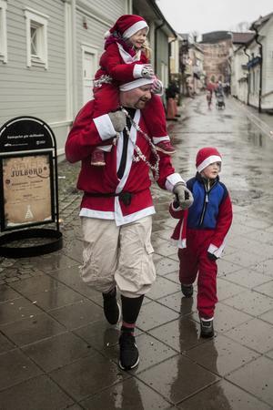 Treåriga Ebba och sexåriga Olle Lovén sprang i mål tillsammans med sin pappa.