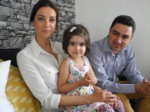 Ali och Negar Omumi med dottern Hanna. Välintegrerade men ändå på väg att utvisas.