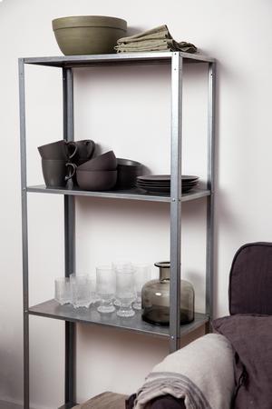 Iittalaglasen, skålen och linneservetterna är loppisfynd. Stengodset är från H&M Home.