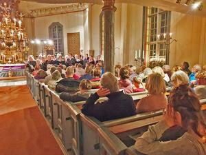 Fullsatt kyrka i Vemdalen i helgen när Härjedalsmässan av Ragnwei Axellie framfördes av Hede- och Vemdalskören under ledning av Bengt Isaksson.
