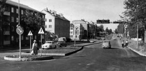 I augusti 1971 var delen från Samuel Permans gata och norrut klar.  Bred och fin men ingen trottoar som synes på de två kvinnorna till höger. ÖP skriver första dagens nyordning bjöd på en del trassel för bilisterna, men att inga olyckor inträffade.