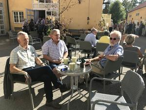 Många av de forna klasskamraterna har Jörgen Hellberg inte sett på 50 år, och hade lite svårt att känna igen. Till höger om honom sitter Bengt Markusson och Örjan Rosén.