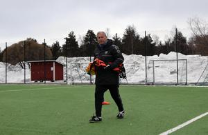 Tränarveteranen Lasse Ericson avrundar i dagarna sin 35:e försäsong som fotbollstränare. På lördag startar division 2-äventyret för hans IFK Mora.