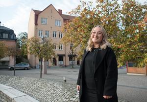 Annie Östlingsson är Moderata ungdomsförbundets ordförande i Nynäshamn och nämndeman i Södertörns tingsrätt 2020-2023.