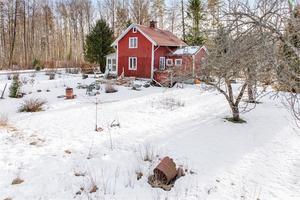 Foto: Micael Carlsson. Torpet ligger utanför Hällabrottet och har en stor tomt på 7 400 kvadratmeter.