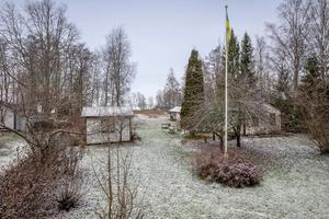 Förutom fritidshuset finns även ett par gästhus. Foto: Svensk fastighetsförmedling