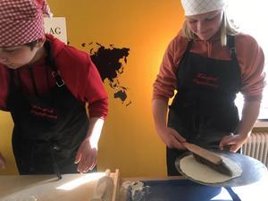 Erik och Anna med brödborste och bakefjöl. Fotograf: Helena Ehrstrand.