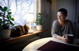På grund av sjukdomen orkade hon inte ha kvar sina älskade hundar. Nu har katten Märta fått flytta in och håller henne sällskap istället.