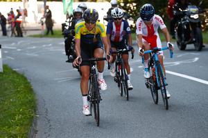 Emilia Fahlin var tillfälligt trea i VM-loppet, i en grupp med Coryn Rivera och Malgorzata Jasinska, precis i inledningen av den sista av de fyra tuffa backarna. Foto: UCI