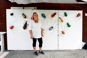 Pernilla Tjärnström med sina spindlar, skalbaggar och myror gjorda i trä och återbrukad spik och metall.