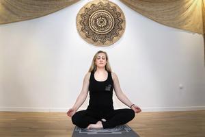 Lugn yoga har hjälpt Anneli Brodin tillbaka till ett fungerande liv. – Bland annat Yoga Nidra som är en yogisk sömn har hjälpt mig mycket, säger hon.