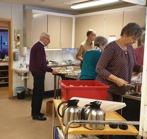 Full aktivitet i köket.  Foto Astrid Sjöström