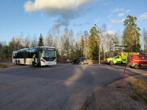 En buss och en personbil var inblandade i olyckan. Foto: Alexander Koivisto