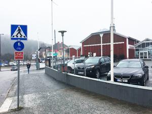 Kommunen har sålt fastigheten Tellus till Stadsrum. Q-park ska ta över ansvaret för parkeringen, men så länge det saknas p-automater är parkeringen gratis.