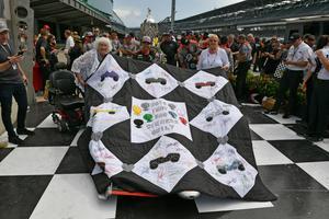 Jeanetta Holder (till vänster) har gjort kviltar till vinnaren av Indy 500 sedan 1976. Varje år har en unik design. Här poserar hon med 2018 års vinnare Will Power, som täckt sin bil med kvilten. Arkivfoto: John Cote/Indycar
