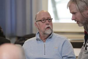 Benny Rosengren (SD), här i samspråk med partikamraten Mikael Johansson, var upprörd under debatten om Säfsgården. Han  efterlyste skärpning bland politikerna som ställt sig bakom neddragningarna.