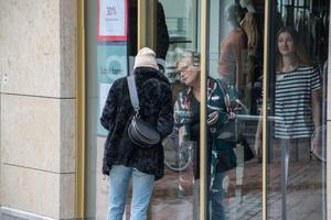 Kunderna var tvungna att lämna butikerna på gågatan i Östersund. Några försökte få några ord med personalen bakom entrédörrarna.
