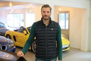Mattias Claus började med rekond för femton år sedan, blev säljare och sedan försäljningschef i Gävle innan han för tre år sedan startade eget. Autorismo är ingen vanlig bilaffär. Här måste man beställa tid för visning.