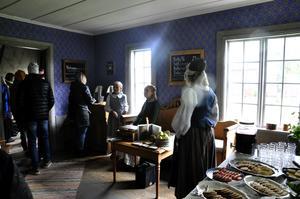 Inne i det gamla boningshuset serverades det soppa och fika från Frejas bakeri i Östersund.