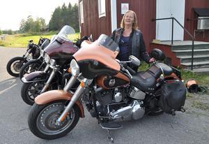 Jamtstårsans ordförande Barbro Askholm  deltar i Jamtland Bike Week där man skänker pengar till Emmafonden. Foto: Per Ericsson