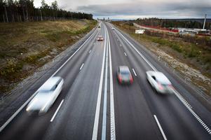Mängder av bilister har under hösten fått sina bilar blästrade av grus och sten som sprutat upp från bilar i omkörningsfilen.