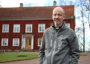 Benjamin Lundqvist är kyrkoherde i Viby församling och ordförande i Föreningen Vibybygden. För drygt en månad sedan blev han utsedd till årets miljöprofil i Hallsberg av kommunen. Han tycker det är viktigt att jobba för bygdens framtid och ta hand om skapelsen och miljön. Och det gör han genom att förverkliga olika projekt.