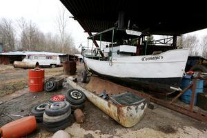 Kjell Erikssons ångbåtar står kvar inne på skroten.