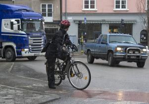 Det är fel att cykla på vänster sida av körfältet, höger sida är det som gäller, men enligt fältstsudien är det säkrast i mitten.