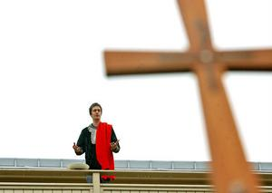 Pontius Pilatus, spelad av Jacob Axelsson, är beredd att frige Jesus, men folket ser hellre att mördaren Barabas slipper korset.