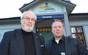 Tunabyggen håller för närvarande takten i sitt uppdrag att bygga 60-80 lägenheter i Borlänge, meddelar styrelseordföranden Olle Rigborn (till vänster i bild). Men vilka nya projekt som är på gång avslöjas inte.– Jag föregriper inte styrelsens beslut, säger Tunabyggens vd Jörgen Olsson (till höger i bild). Foto: Curt Kvicker